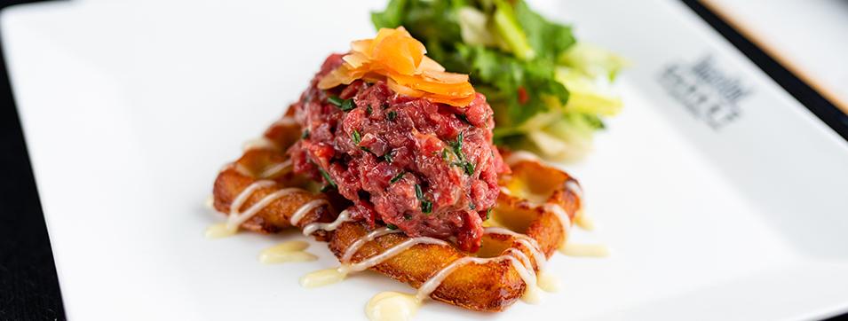 Tartare de boeuf (Gaufre de pommes de terre frites, avec salade)