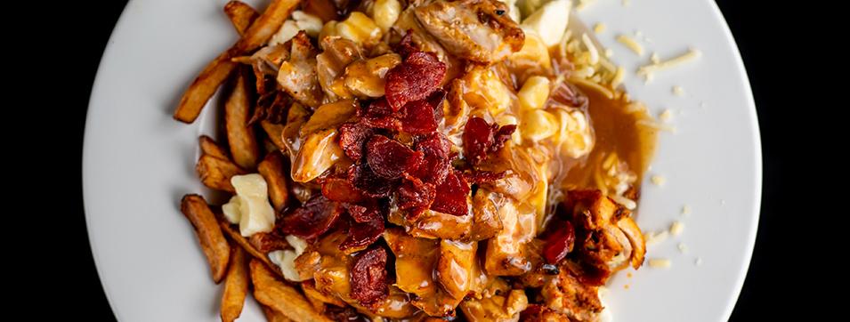 Poutine au poulet (Poulet grillé, frites, fromage São Jorge, sauce maison au poulet, chips de chouriço)