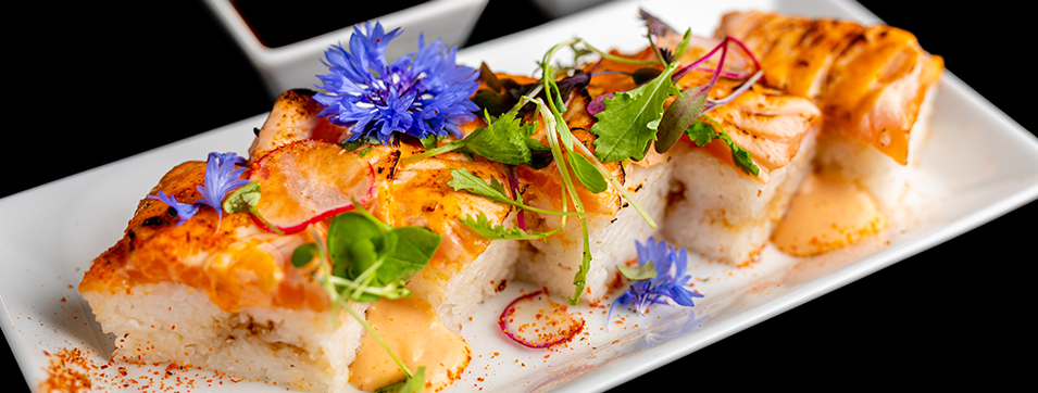 Oshizushi (ushi style oshi ou pressé & aburi ou torché) avec saumon épicé